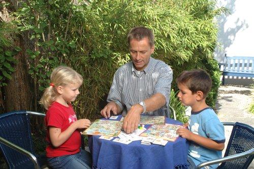 Huch & Friends 74030 - Sprechdachs - Lernspiel - Familie beim Spiel