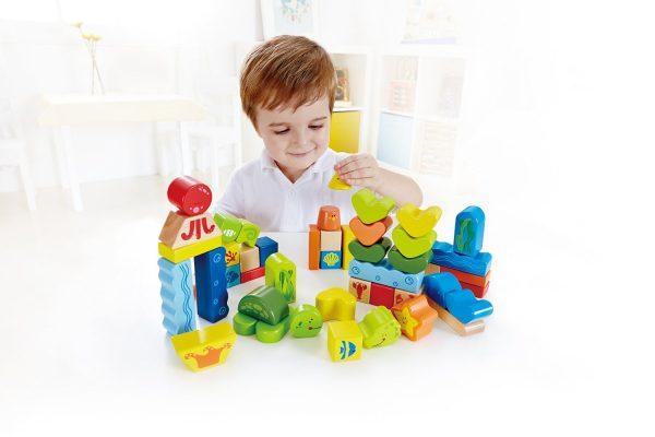 Junge spielt mit Holzbauklötzen - Hape E0432